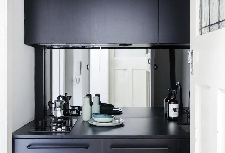 Khu vực bếp với gam màu đen toát lên vẻ hiện đại và tạo điểm nhấn.