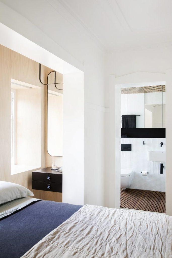Từ giường ngủ có thế thấy các tiện ích khác như bàn trang điểm phòng vệ sinh