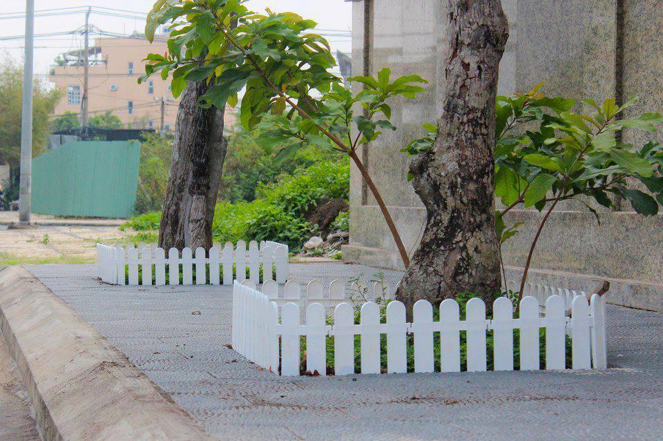 Hàng rào gỗ chịu nước ngoài trời đẹp mộc mạc tinh tế bắt mắt.