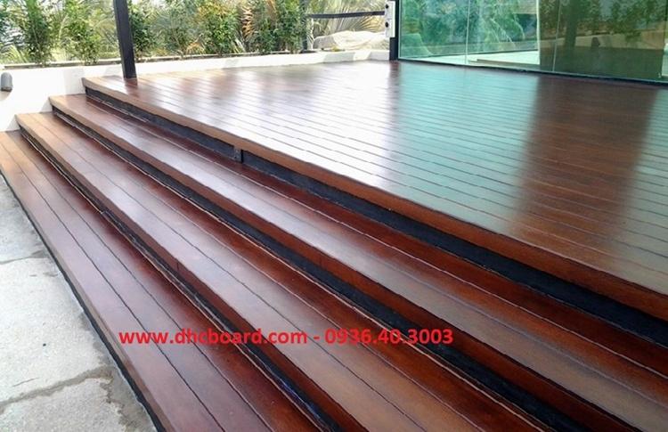 Sử dụng tấm xi măng giả gỗ làm bậc càu thang trong nhà hoặc ngoài trời không lo mưa nắng.