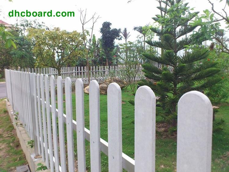 Thanh hàng rào gỗ nhân tạo Durawood không lo ngại cong vênh biến dạng ở mọi thời tiết.