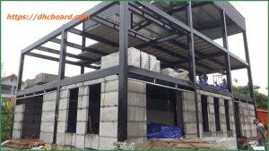 Giá xây nhà bằng tấm bê tông siêu nhẹ giảm chi phí.